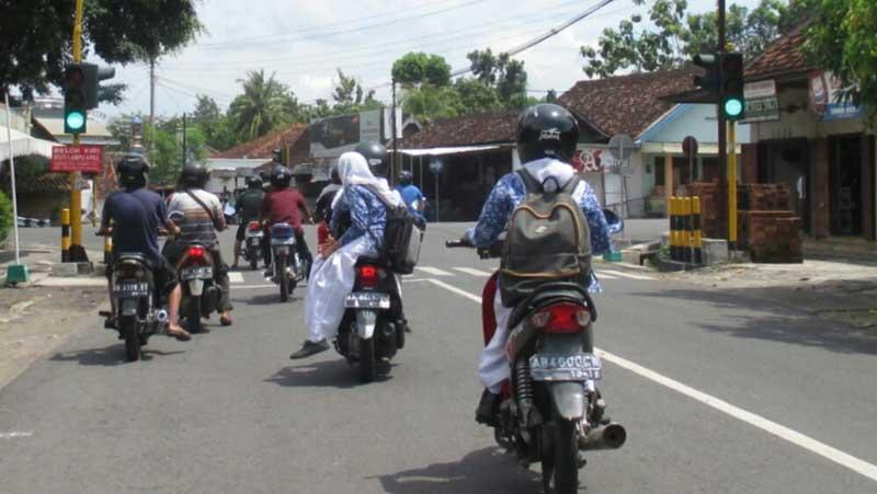 Siswa di bawah umur yang nekad naik motor. KH/Juju.