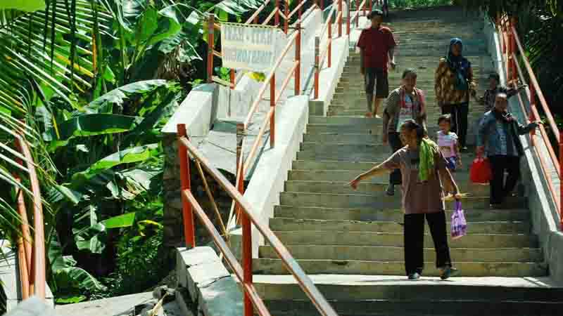 Ambrolnya tangga menuju wediombo. Foto : Juju