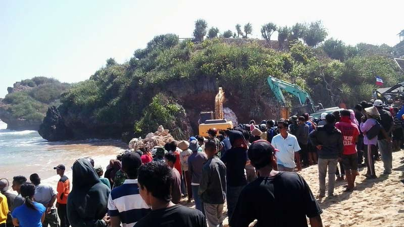 Masyarakat berdatangan menonton proses evakuasi korban Pantai Sadranan. KH/Kandar.