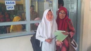 Calon siswa baru diantar orangtuanya   mencari sekolah pilihannya. KH/Atmaja