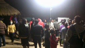 Warga masih memadati Pantai Sadranan untuk melihat proses evakuasi . Foto: Roy