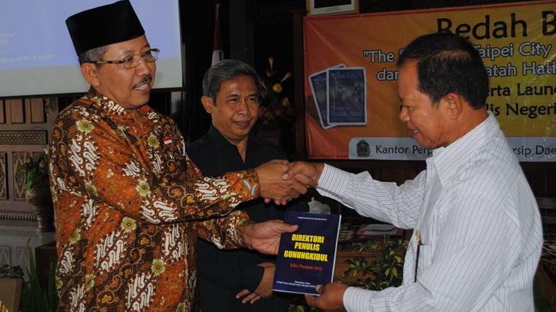 Ketua FPNB Sugiyanto menyerahkan Buku Direktori Penulis kepada Wakil Bupati dan Kepala KPAD Gunungkidul