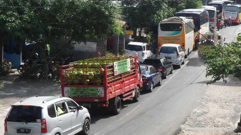 Ruas jalan nasional Playen-Siyono diperbaiki, arus kendaraan dari Yogya dialihkan lewat Jl Manthous Playen. KH/Sarwo.