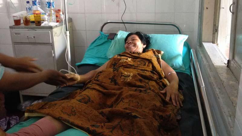 Karsiyem (40), korban runtuhan tebing Pantai Sadranan yang lolos dari maut. KH/Juju.