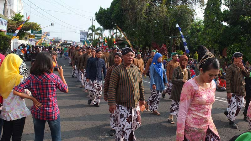 Barisan kirab pamong praja salah satu kecamatan Gunungkidul. KH/Jjw.