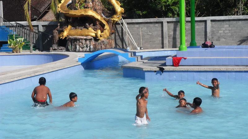 Anak-anak padusan di waterboom BKM Bogor. KH/Sarwo.