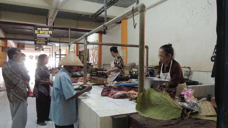 Nampak sepi area pedagang daging di Pasar Argosari. Foto : Kandar