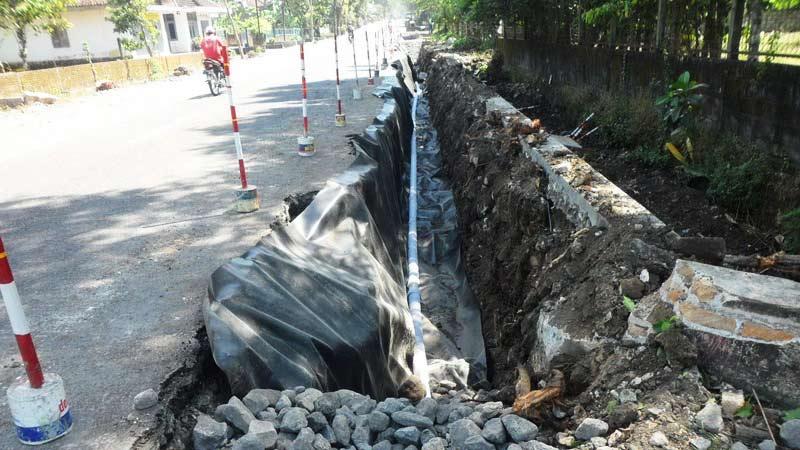 Pemasangan pipa resapan di ruas jalan nasional Gading -  Siyono. KH/Sarwo.