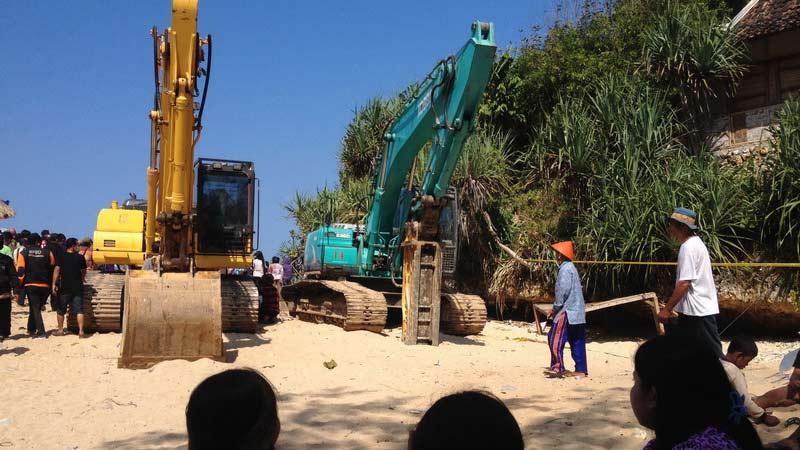 Proses evakuasi korban musibah Pantai Sadranan dihentikan sementara, karena air pasang. KH/Juju.