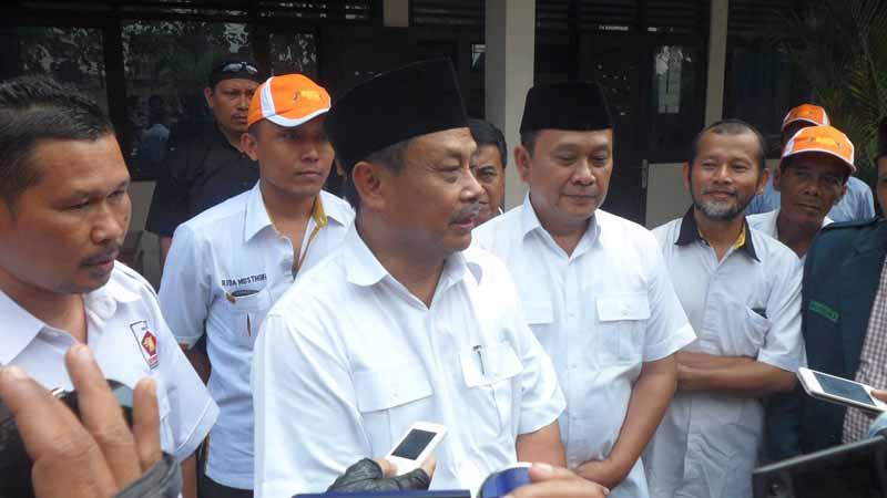 Pasangan Barwah memberi keterangan kepada wartawan. Foto : Sarwo
