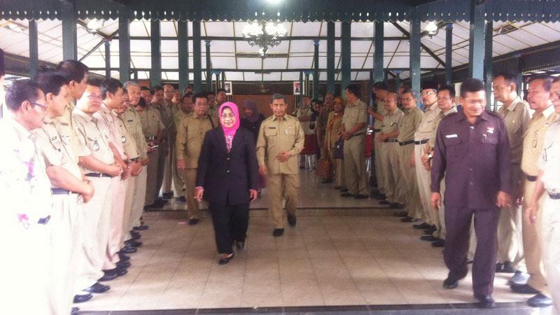 Badingah dan Immawan Wahyudi berpamitan dengan jajaran pejabat SKPD Kabupaten Gunungkidul. KH/Andri.