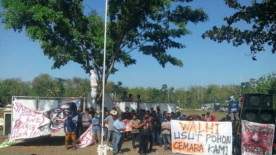 Massa Menuntut Mundur Kades Ngawu. KH/Surya