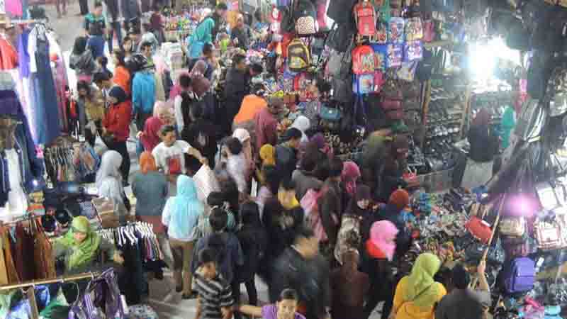 Pembeli memadati pasar Argosari. Foto : Kandar