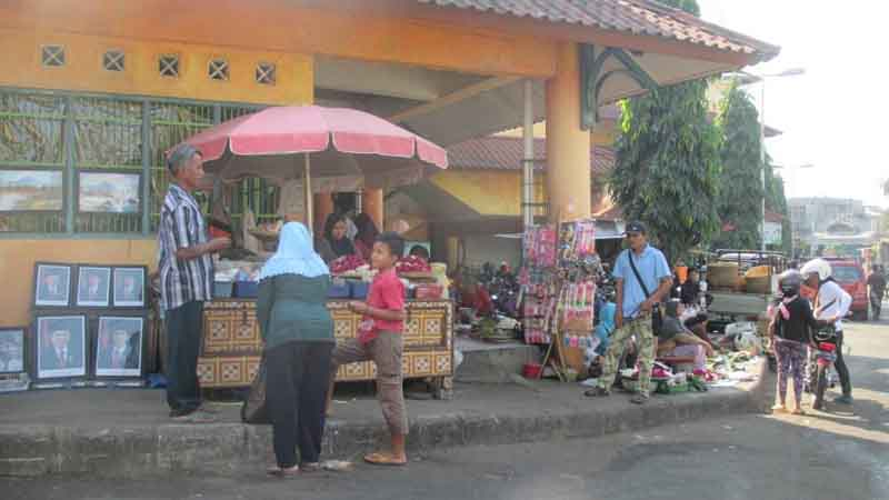 penjual bunga nyekar di Pasar Argosari. Foto : Atmaja