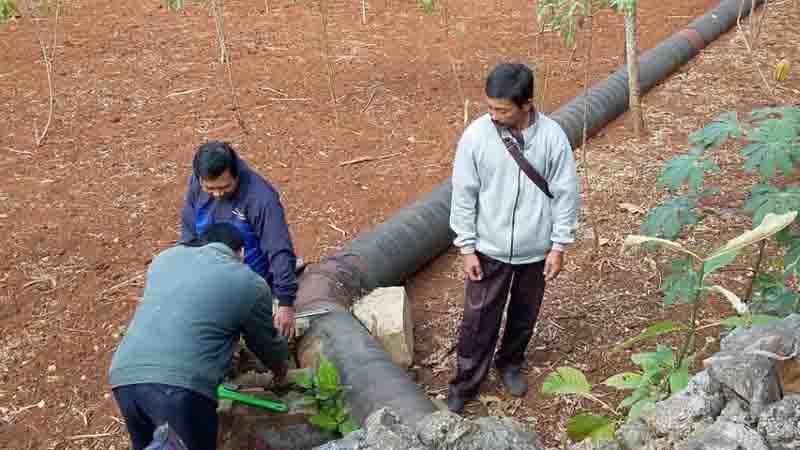 Pemeriksaan pipa air. Foto : Atmaja