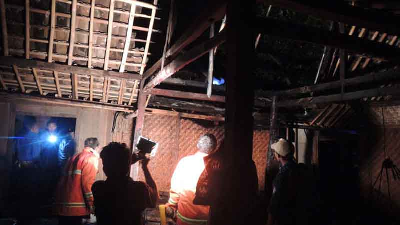 Rumah yg terbakar. Foto : kandar