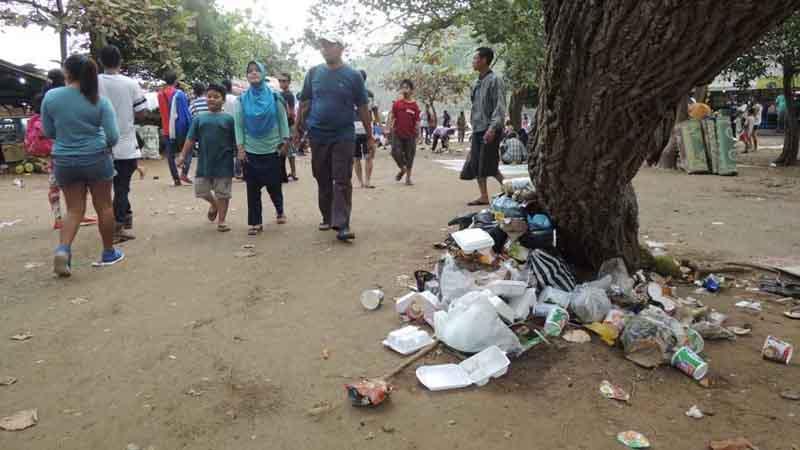 Sampah di pantai. Foto : Kandar