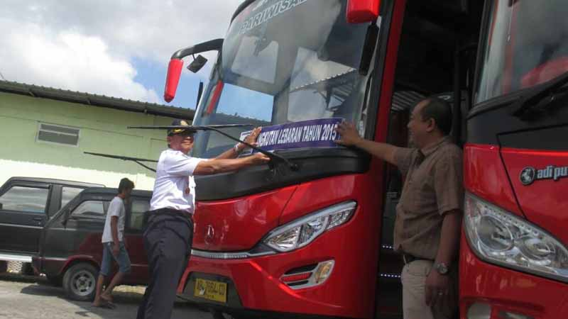 pemasangan stiker layak bagi bis. foto : Atmaja
