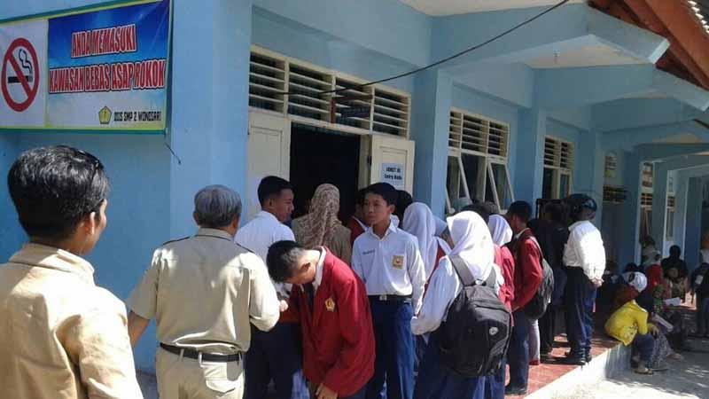 Suasana pendaftaran siswa baru. Foto : Atmaja
