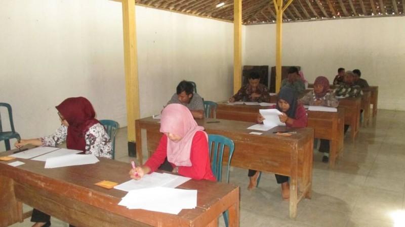 Test staff pemerintahan desa. Foto : Atmaja.