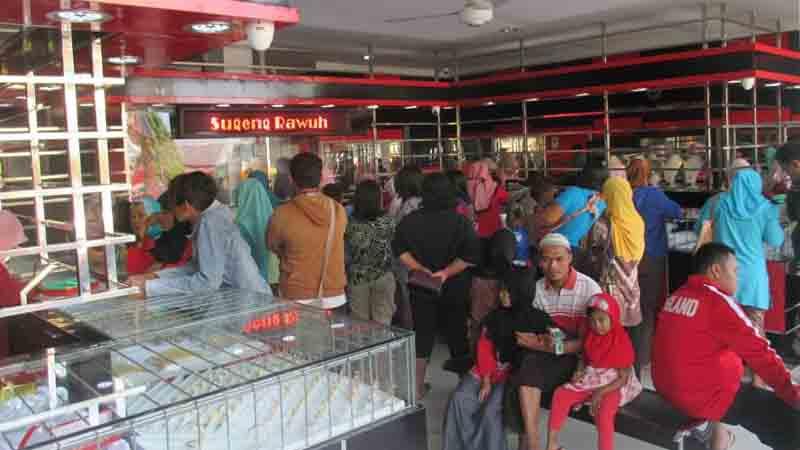 Suasana toko emas.Foto : Atmaja