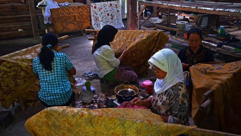 Ibu-ibu dari Desa Tancep Ngawen sedang membatik. Dok: KH.