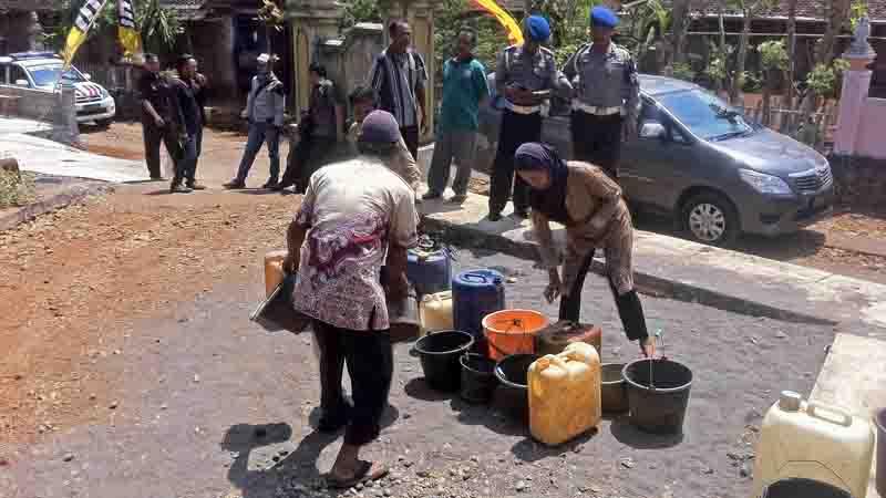 Bantuan air dalam rangka hari Bhayangkari dan HUT Polwan. Foto : KH/Dwianjani.