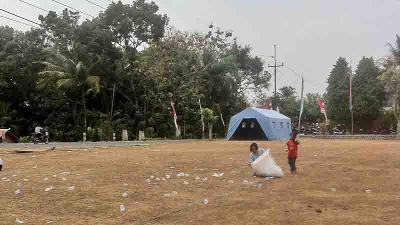 Hariyati sedang memunggut limbah plastik. Foto : KH/ Dwianjani