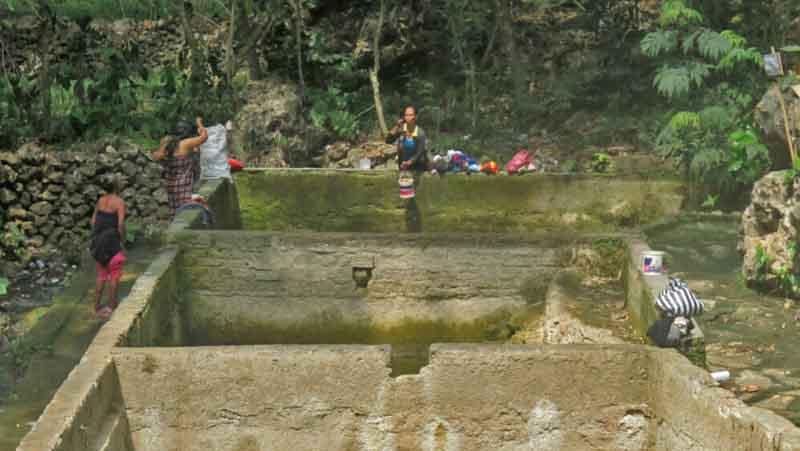 Warga menggunakan smber air Puring. Foto: KH/Atmaja