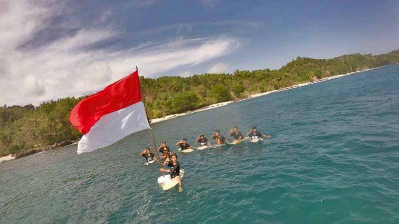 Pengibaran bendera di Wediombo. Foto : KH/Rado