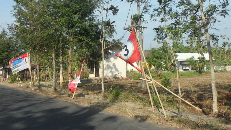 Baliho Pilkada di Jl Mendongan Playen Rusak. KH/Sarwo.