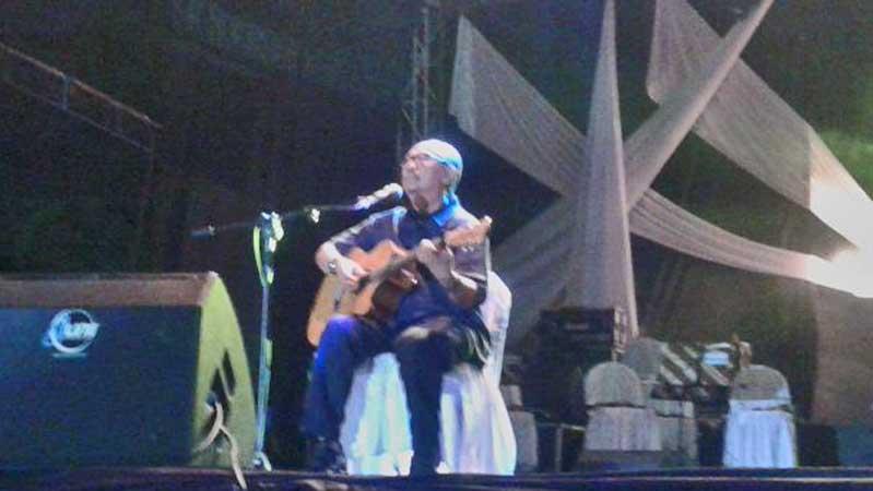 Ebiet di atas panggung. Foto : KH/Dwianjani