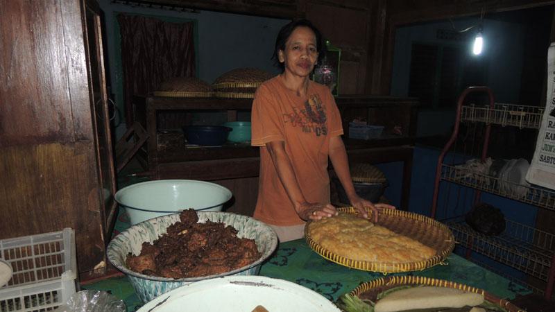 Sukemi dengan puli tempenya. Foto : KH/Kandar