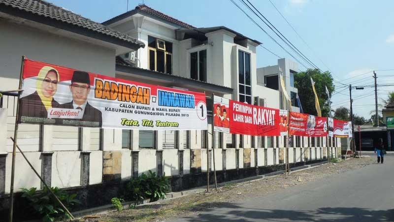 Spanduk Pilkada Gunungkidul selesai dipasang Jumat (11/9/2015). KH/Sarwo.