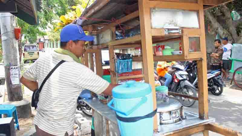 Suwantoro sedang melayani pembeli. Foto : KH/Tatang