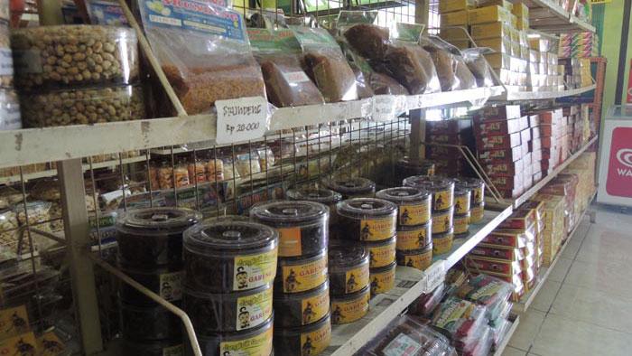 Produk luar daerah masih mendominasi  toko oleh-oleh jalur jalan Wonosari-Yogyakarta. KH/Kandar.