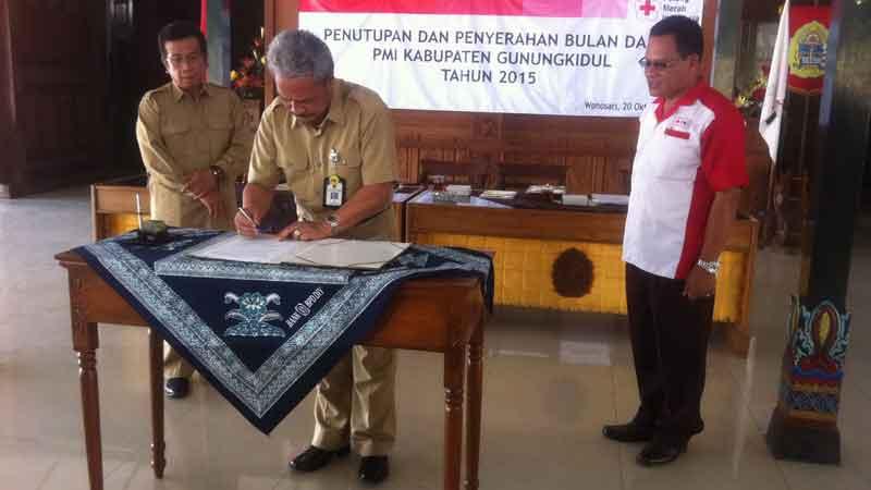 Pejabat Bupati Gunungkidul menyerahkan dana masyarakat kepada PMI Gunungkidul. KH/Dwianjani.
