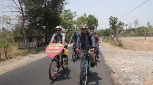 Edy bersama temannya bersepeda menuju kediaman mempelai wanita. Foto: KH/ Kandar
