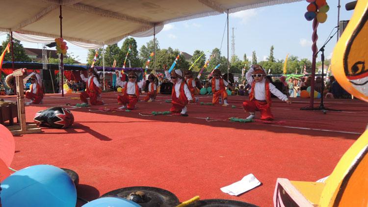 Anak-anak tampil menari di Gebyar PAUD se-Gunungkidul. KH/Kandar.
