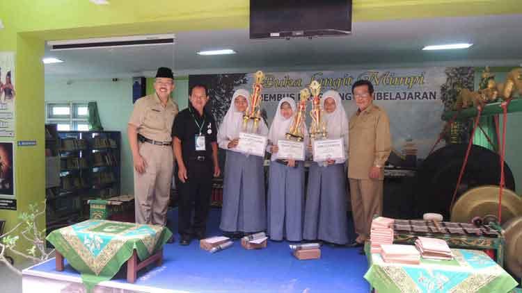 Juara Lomba Menulis Cerpen FPNB berfoto bersama Sekda, Kepala KPAD, dan Ketua FPNB. KH/Kandar