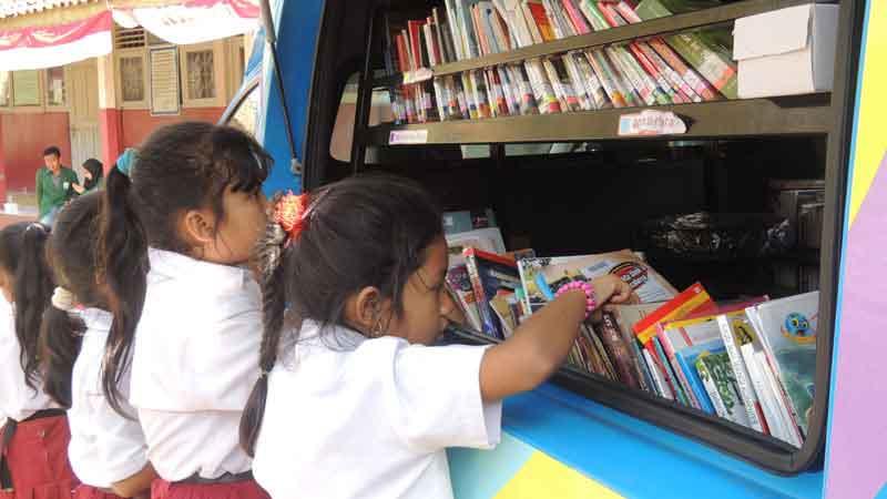 Siswa sebuah sekolah dasar sedang meminjam buku pada Perpustakaan Keliling. KH/Kandar.