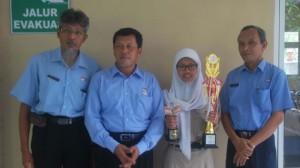 Ratna Pajarini Foto bersama Kepala Sekolah dan Pembimbingnya. Foto: Sarwo/KH