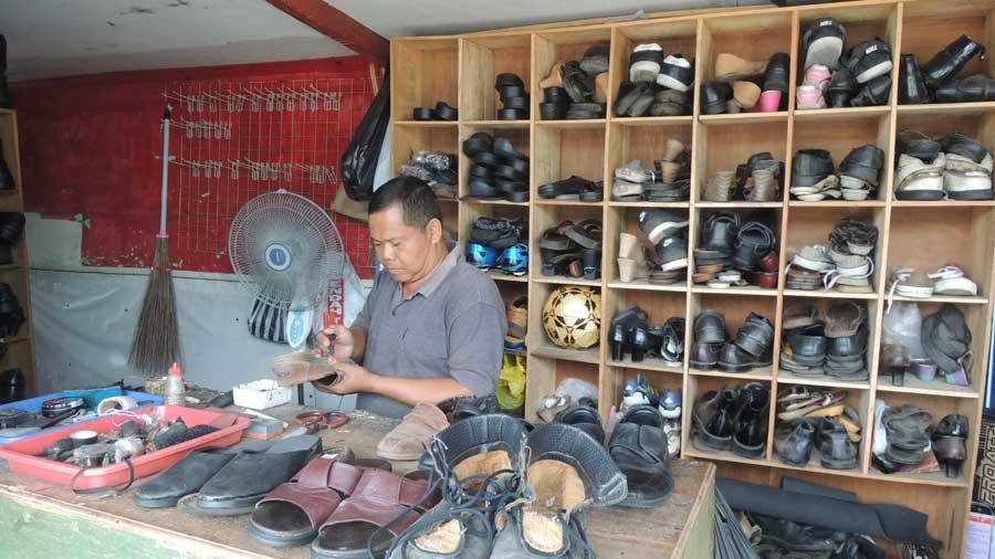 Kasdi, setia melayani jasa sol sepatu di Pasar Besole Baleharjo. KH/Kandar.