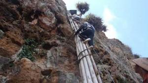 Warga Menuruni Tebing Untuk Mendapatkan Air Bersih
