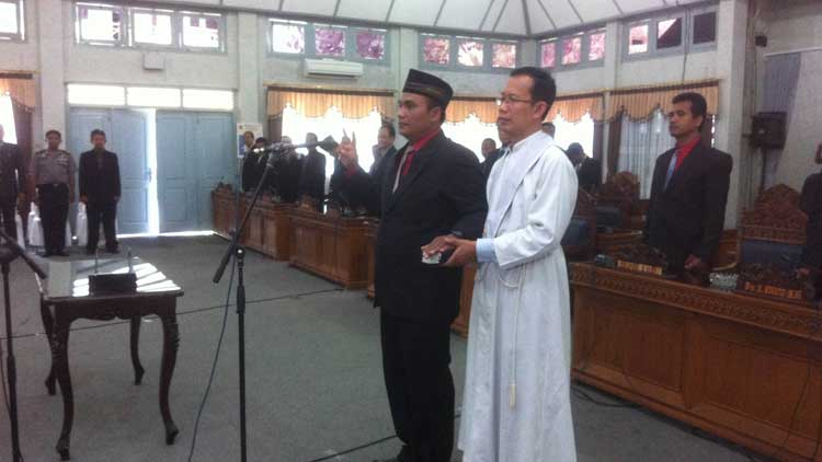 Prosesi pelantikan Suharjo menjadi anggota DPRD. Foto: KH/ Maria Anjani
