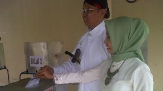 Cabup Djangkung menggunakan Hak Pilih, Foto: KH/ Maria Dwianjani