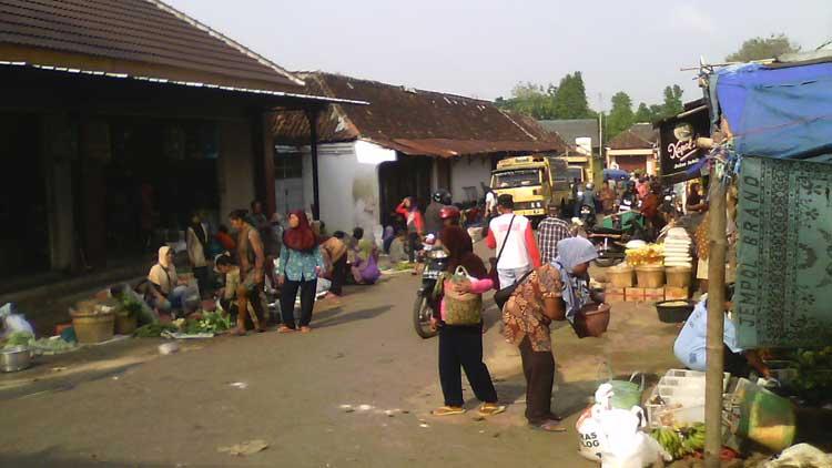 Suasana kegiatan perekonomian Pasar Munggi, Semanu. KH/ Edo