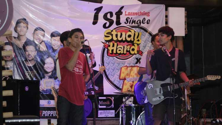 Penampilan Band Indie saat launching lagu. KH/ Edo