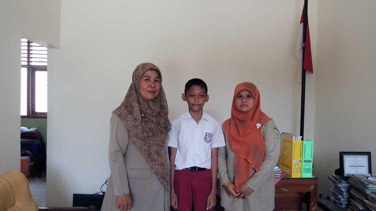 Kukuh Lambar Pracoyo bersama Kepala Sekolah dan Guru Kelas, Foto: KH/ Kandar.