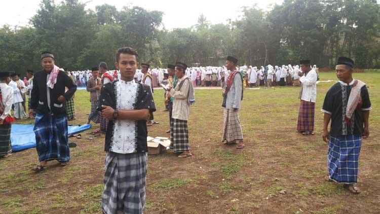 Warga sehabis melaksanakan Shalat Istisqo'. Foto: KH